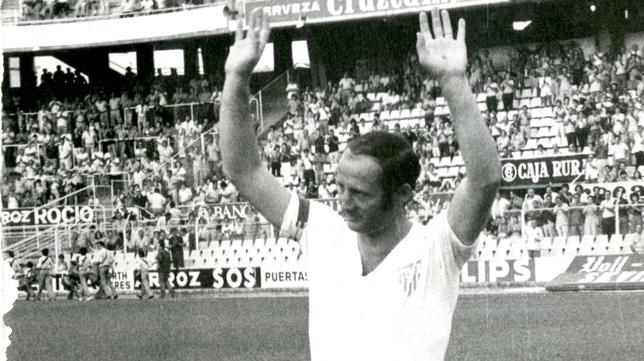 Paco Gallego saluda a la afición del Sevilla en su partido homenaje