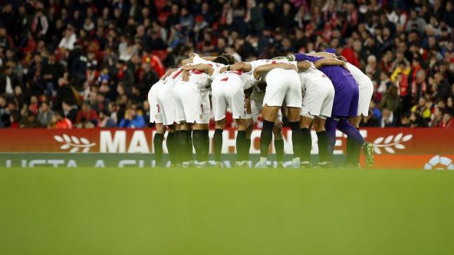 Piña de los jugadores del Sevilla FC antes del partido ante el Villarreal. Foto: LaLiga