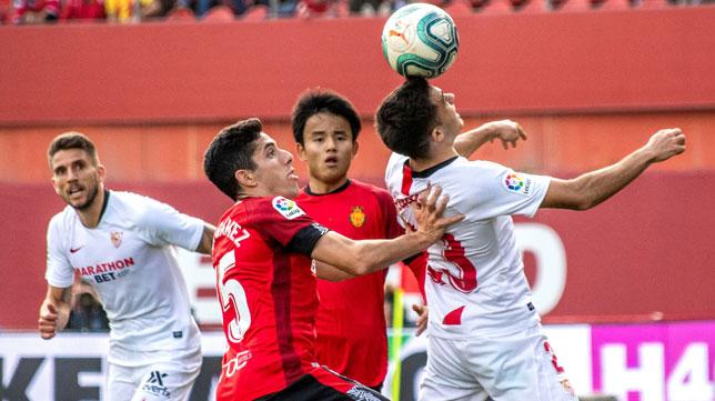 Reguilón cabecea la pelota ante la oposición de Gámez durante el Mallorca-Sevilla (Foto: EFE).