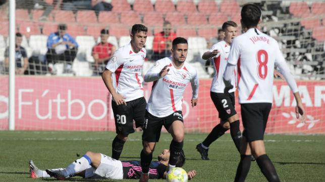 Diego García conduce el balón ante la mirada atenta de sus compañeros (Foto: Raúl Doblado)