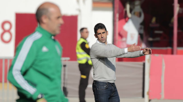 Paco Gallardo, entrenador del Sevilla Atlético, en un lance del partido (Foto: Raúl Doblado)