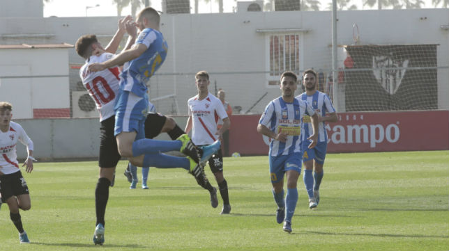 Mena salta con el adversario Algisi (Foto: Raúl Doblado)