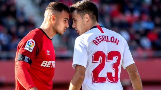 El jugador del Mallorca Sedlar se encara con el sevillista Reguilón (EFE)