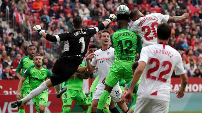Cuéllar intenta despejar antes de que Diego Carlos remate en el Sevilla-Leganés (EFE)