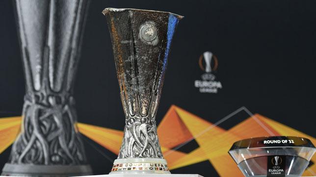 El Trofeo de la Europa League, en el sorteo (AFP)