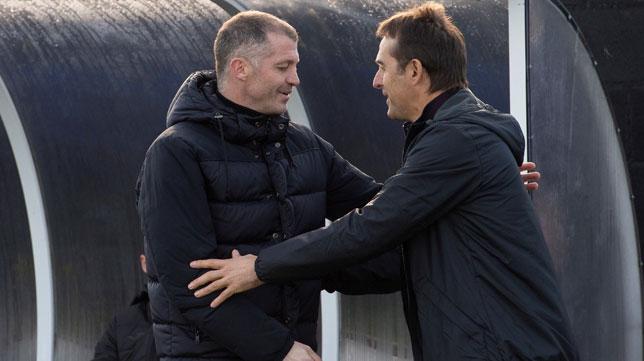 Pablo Casar y Julen Lopetegui se saludan antes del Escobedo-Sevilla (EFE)