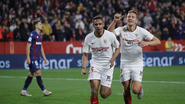 Fernando celebra, seguido por De Jong, el 1-0 en el Sevilla-Levante de la Copa del Rey (Foto: Raúl Doblado).