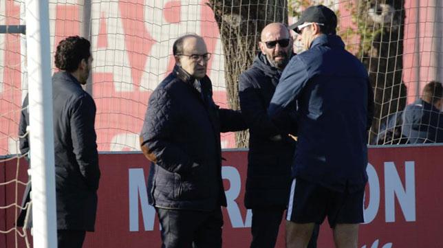 Castro, Monchi y Lopetegui, en el entrenamiento del Sevilla (Juan Flores)