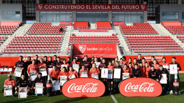 Los jugadores del Sevilla posan con los calendarios (SFC)