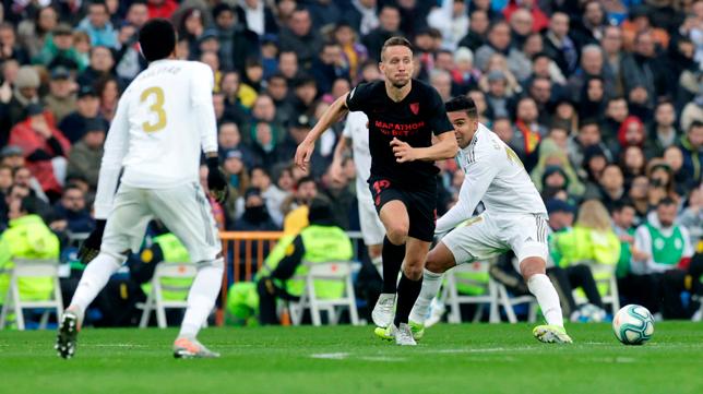De Jong avanza hacia Militao tras superar al Casemiro en el Real Madrid - Sevilla (Foto: EFE)