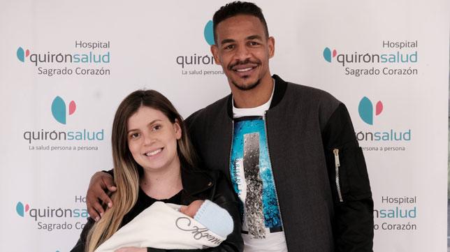 Fernando y su mujer Bruna posan con su hijo Emanuel en sus brazos (Quirón)