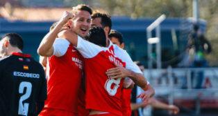 De Jong celebra con sus compañeros el gol ante el Escobedo (SFC)