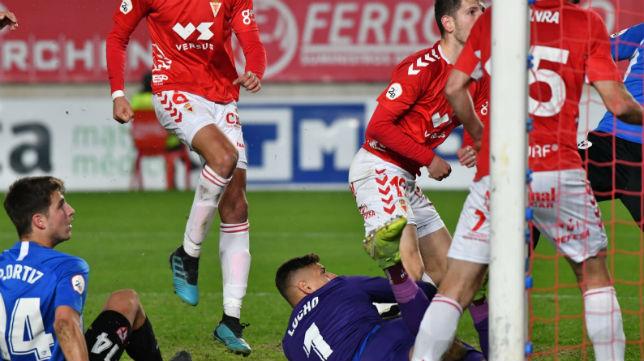 Lucho observa cómo el Murcia consigue el primer gol tras el error defensivo sevillista (Foto: Real Murcia)
