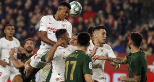 Koundé cabecea en un lance del Sevilla-Athletic (Manu Gómez)