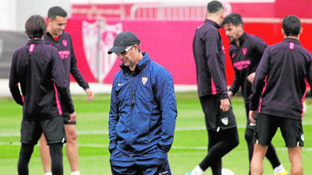 Lopetegui, junto a varios de sus jugadores, durante un entrenamiento del Sevilla en la ciudad deportiva (Foto: Manu Gómez)