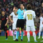 Momento en el que Martínez Munuera consulta con el VAR la jugada del primer gol de De Jong en el Real Madrid - Sevilla (Foto: AFP)