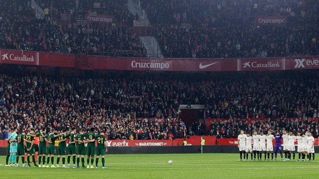Minuto de silencio antes del Sevilla-Athletic (Manu Gómez)