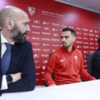 Monchi y Suso dialogan antes de la presentación de éste como nuevo jugador del Sevilla FC (Foto: Vanessa Gómez).
