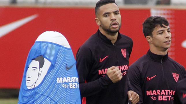 En-Nesyri se ejercita ante Óliver Torres durante el entrenamiento del Sevilla FC (Foto: Manuel Gómez).