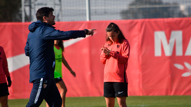 Cristian Toro da indicaciones durante un entrenamiento del Sevilla Femenino (Foto: SFC)