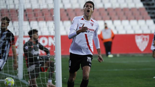 Juanpe celebra el gol del Sevilla Atlético al Cartagena (Foto: J. M. Serrano).