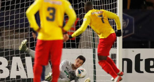 Sergio Rico, en el momento de parar un penalti en la Copa de Francia ante el Linas-Montlhery (Foto: Reuters)