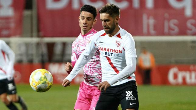 Pejiño conduce un balón en el Sevilla Atlético - Badajoz (Foto: Sevilla FC)