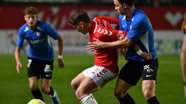 Chacartegui, del Sevilla Atlético, pelea un balón ante el Murcia (Foto: Real Murcia)