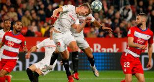 Momento en el que De Jong cabecea un balón, durante el Sevilla - Granada (Foto: MANUEL GÓMEZ)