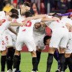 Los jugadores del Sevilla antes del inicio del partido contra el Granada (Foto: MANUEL GÓMEZ)