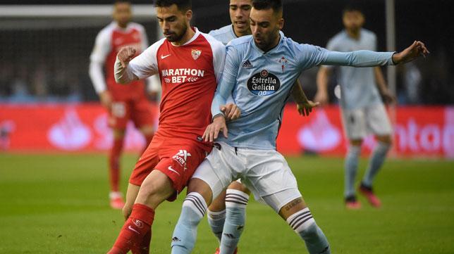 Suso y Brais Méndez luchan por un balón durante el Celta-Sevilla (Foto: AFP).
