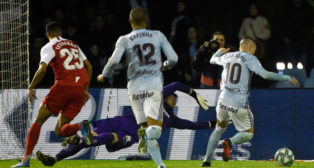 Aspas regatea a Vaclik antes de hacer el 1-1 en el Celta - Sevilla (AFP)