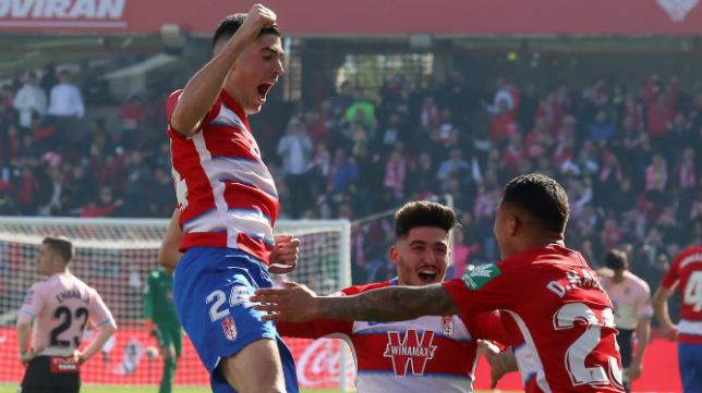 Carlos Fernández celebra su gol al Espanyol (EFE)