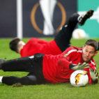 Vaclik se estira en un ejercicio durante el entrenamiento del Sevilla en Cluj (Foto: EFE).
