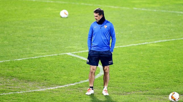 Julen Lopetegui observa el césped durante el entrenamiento del Sevilla en Cluj en la previa del partido de la Liga Europa (Foto: EFE).