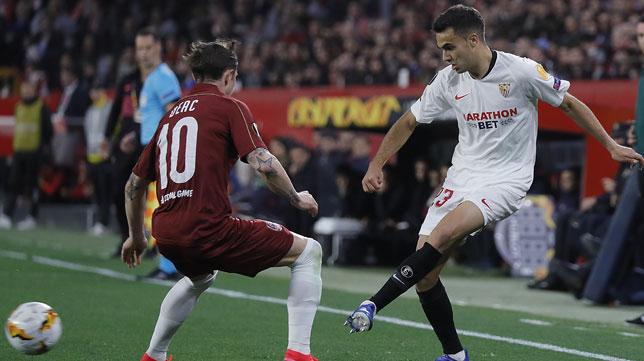 Reguilón busca un pase durante el Sevilla-Cluj de la Liga Europa (Foto: Raúl Doblado).