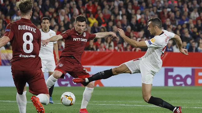 Joan Jordán trata de cortar un balón durante el Sevilla-Cluj de la Liga Europa (Foto: Raúl Doblado).