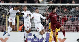 Diego Carlos, De Jong y Ocampos saltan tras Burca en busca de un balón aéreo durante el Cluj-Sevilla FC (Foto: EFE).