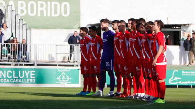 El Sevilla Atlético guarda un minuto de silencio antes del partido ante el Sanluqueño (Foto: Sevilla FC)
