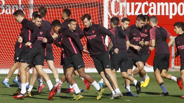 Los jugadores del Sevilla en un entrenamiento
