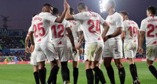 Los jugadores del Sevilla celebran el gol de Fernando ante el Getafe (AFP)