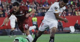 Koundé disputa un balón en el Sevilla-Cluj de la Europa League (Foto: Raúl Doblado)