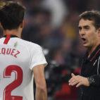 Lopetegui se dirige a Franco Vázquez antes de saltar al campo en el Sevilla-Alavés (J. J. Úbeda)