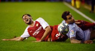 Franco Vázquez se duele en el suelo tras una entrada de Hugo Mallo en el Celta-Sevilla (Foto: AFP).