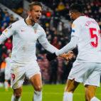 De Jong y En-Nesyri celebran el 1-1 obra del delantero marroquí en el Cluj-Sevilla (Foto: Sevilla FC).