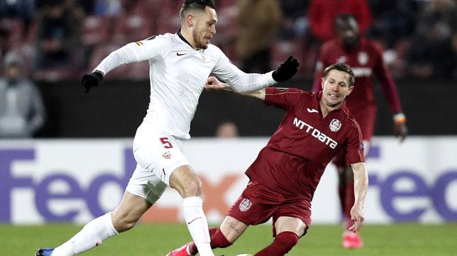 Ocampos avanza ante Manea durante el Cluj-Sevilla de la Liga Europa (Foto: EFE).