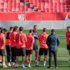 Charla de Lopetegui a los jugadores antes de comenzar el entrenamiento (Foto: RAÚL DOBLADO)