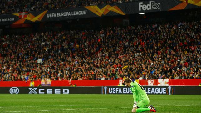La afición del Sánchez-Pizjuán durante el Sevilla-Cluj de la Liga Europa, con el meta del equipo rumano arrodillado (Foto: Reuters).