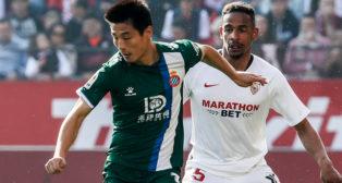 Wu Lei ante Fernando, durante el Sevilla - Espanyol (Foto: EFE)