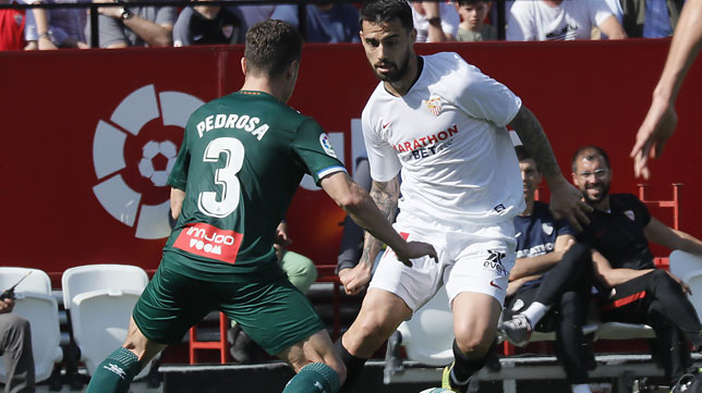 Suso recorta ante Pedrosa durante el Sevilla-Espanyol (Foto: Raúl Doblado).